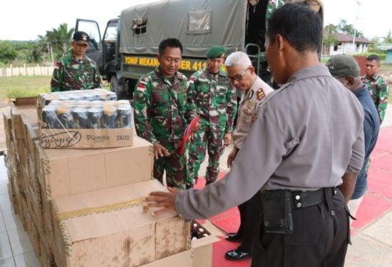 Satgas Pamtas RI-PNG Yonif 411 Kostrad Serahkan Barbuk Ribuan Miras kepada Polisi
