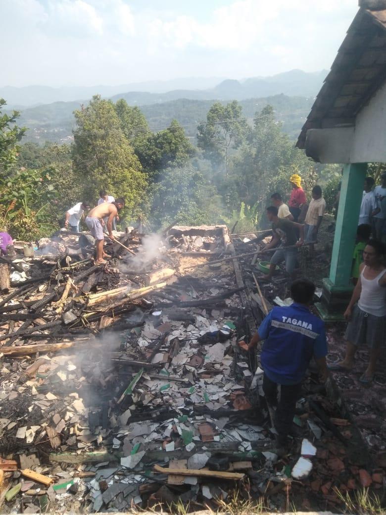 Sebuah Rumah Warga Sipayung Terbakar 209