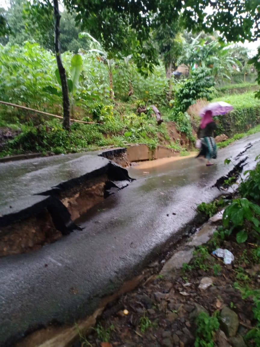 Jalan Kampung Cilaya Amblas Saat Hujan Deras 233