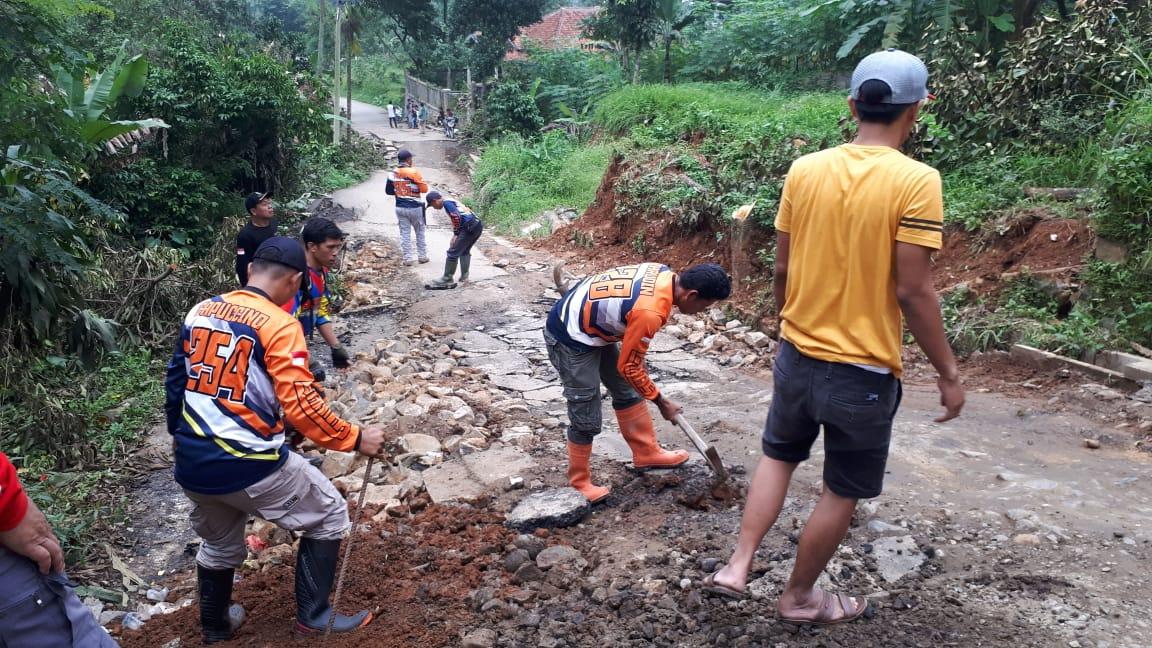Warga Terdampak Butuh Bantuan dan Perbaikan Jalan Amblas Kampung Cilaya 234