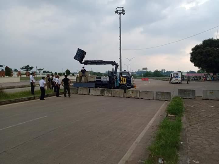 Jalan Lingkar Stadion Pakansari Ditutup Terpaksa Pengendara Putar Arah dan Pedagang Putar Otak 237