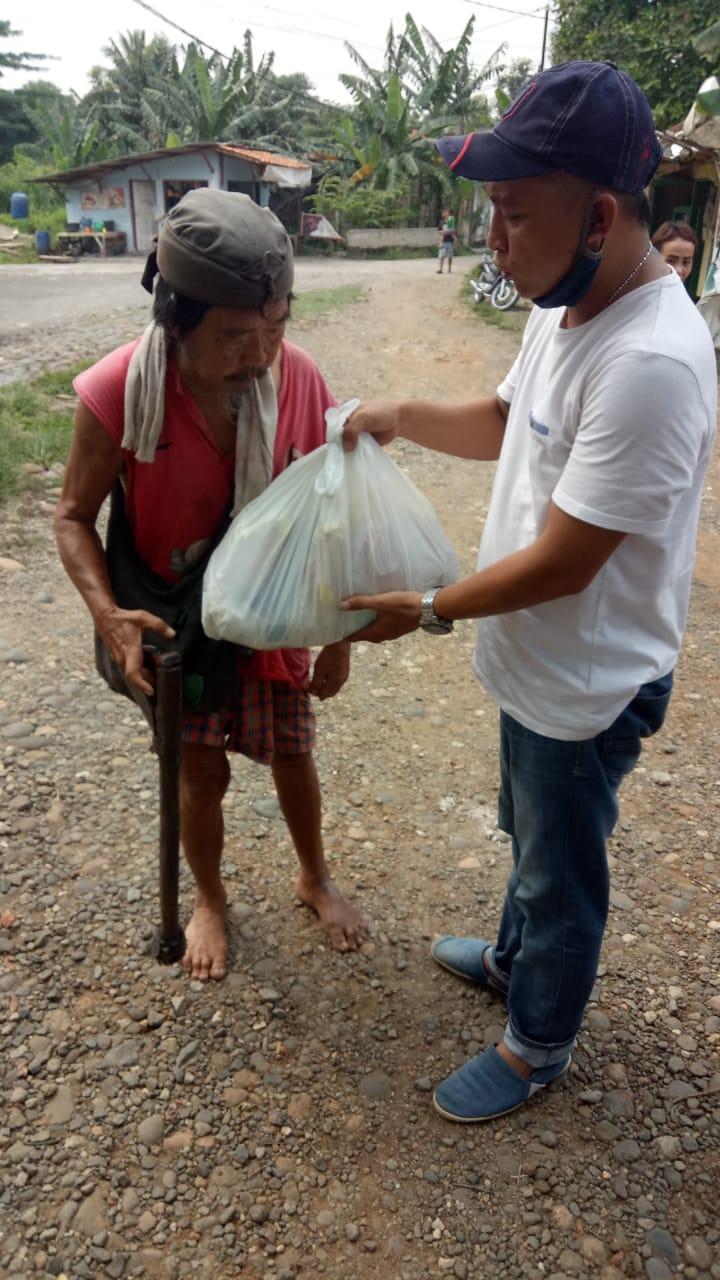 Penerima Bantuan Bahagia Saat Karang Taruna Desa Cileungsi Bagikan Paket Sembako 237