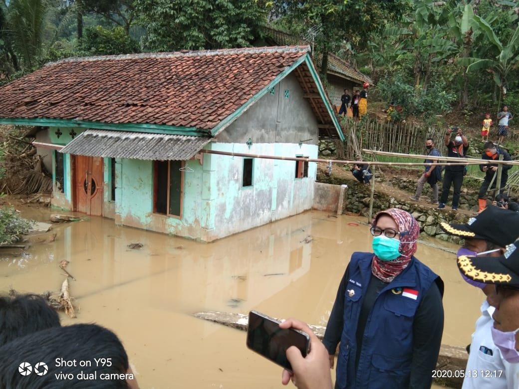 Bupati Bogor Tinjau Lokasi Bencana Longsor Leuwisadeng 231