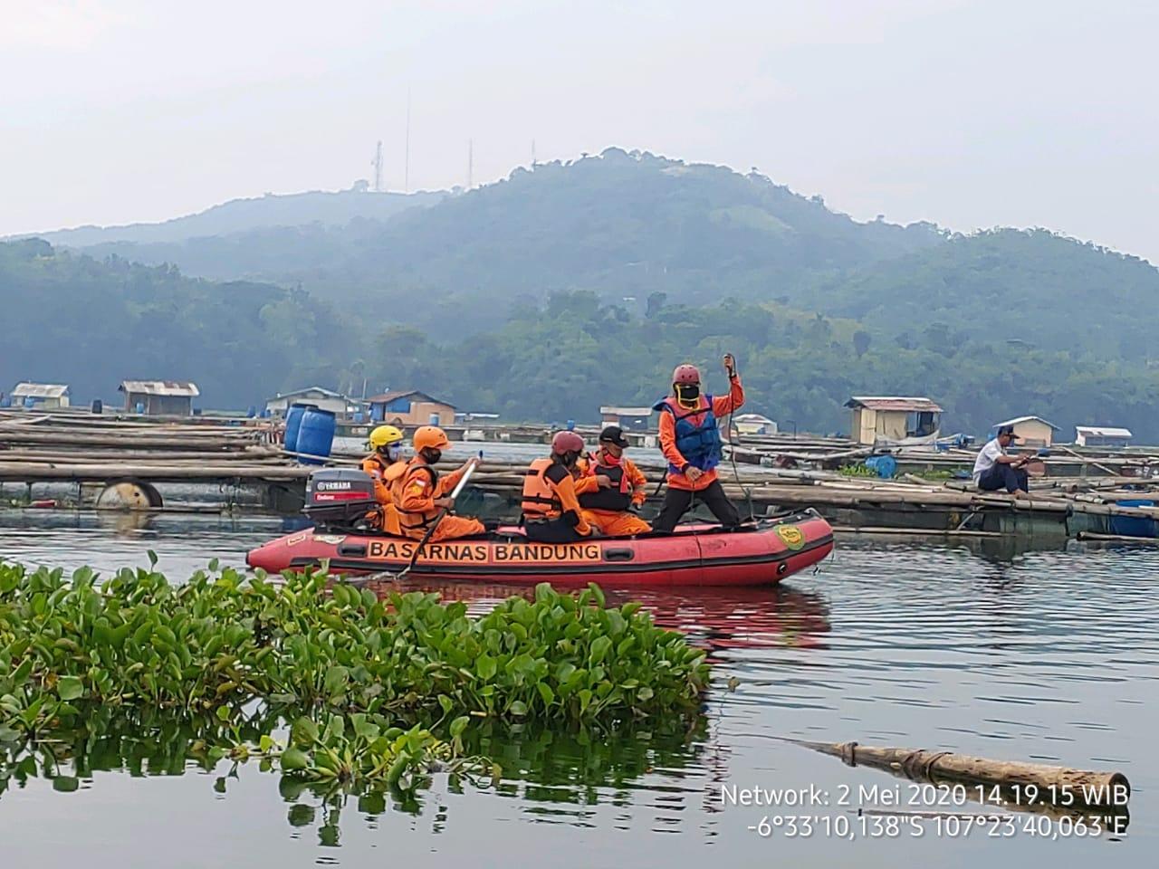 Tim SAR Cari Orang Tenggelam di Waduk Jatiluhur 237