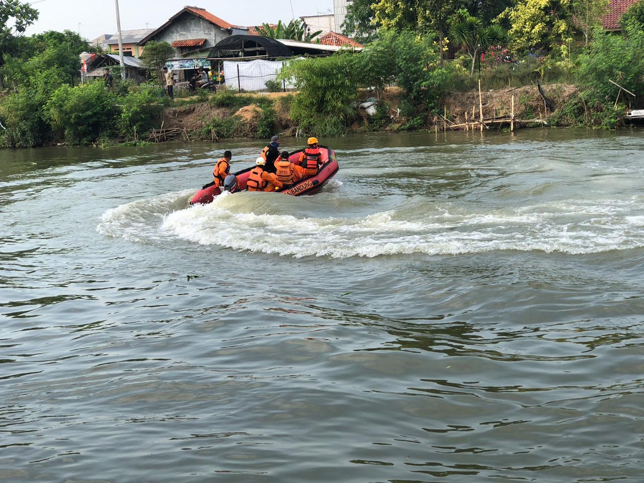 Ganasnya Sungai Karawang Sulitkan Tim SAR Cari Orang Tenggelam 233