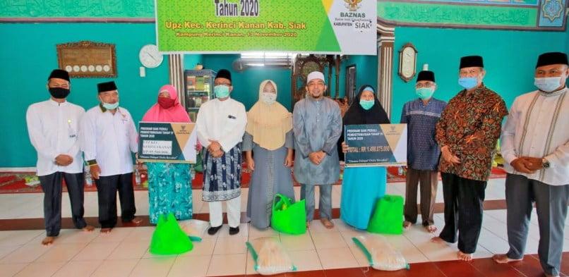 BAZNAS Kabupaten Siak distribusikan Zakat Pola Komsumtif Tahap IV Tahun 2020 di Kecamatan Kerinci Kanan.