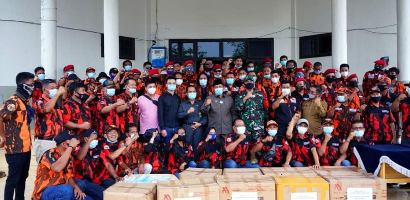 Bupati Siak Alfedri menyerahkan secara simbolik bantuan puluhan ribu lembar masker ke dunia pendidikan Kabupaten Siak