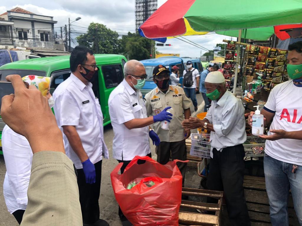 Para PKL Kawasan Puncak Bogor Diberikan Handsanitizer dan Masker Gratis 231