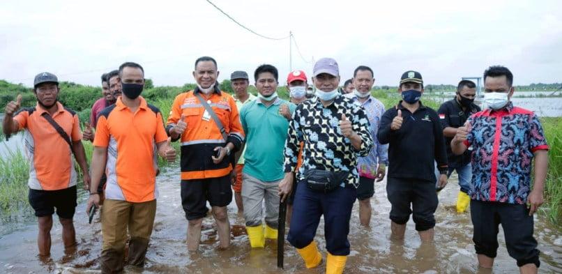 Pemerintah Kabupaten Siak Berikan 100 Paket Sembako Untuk Korban Banjir di Kampung Teluk Lanus