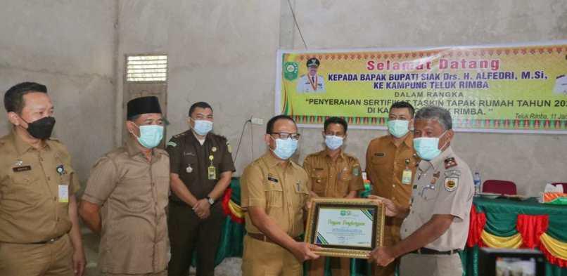 Pemkab Siak serahkan 21 Sertipikat Taskin di Kampung Teluk Rimba