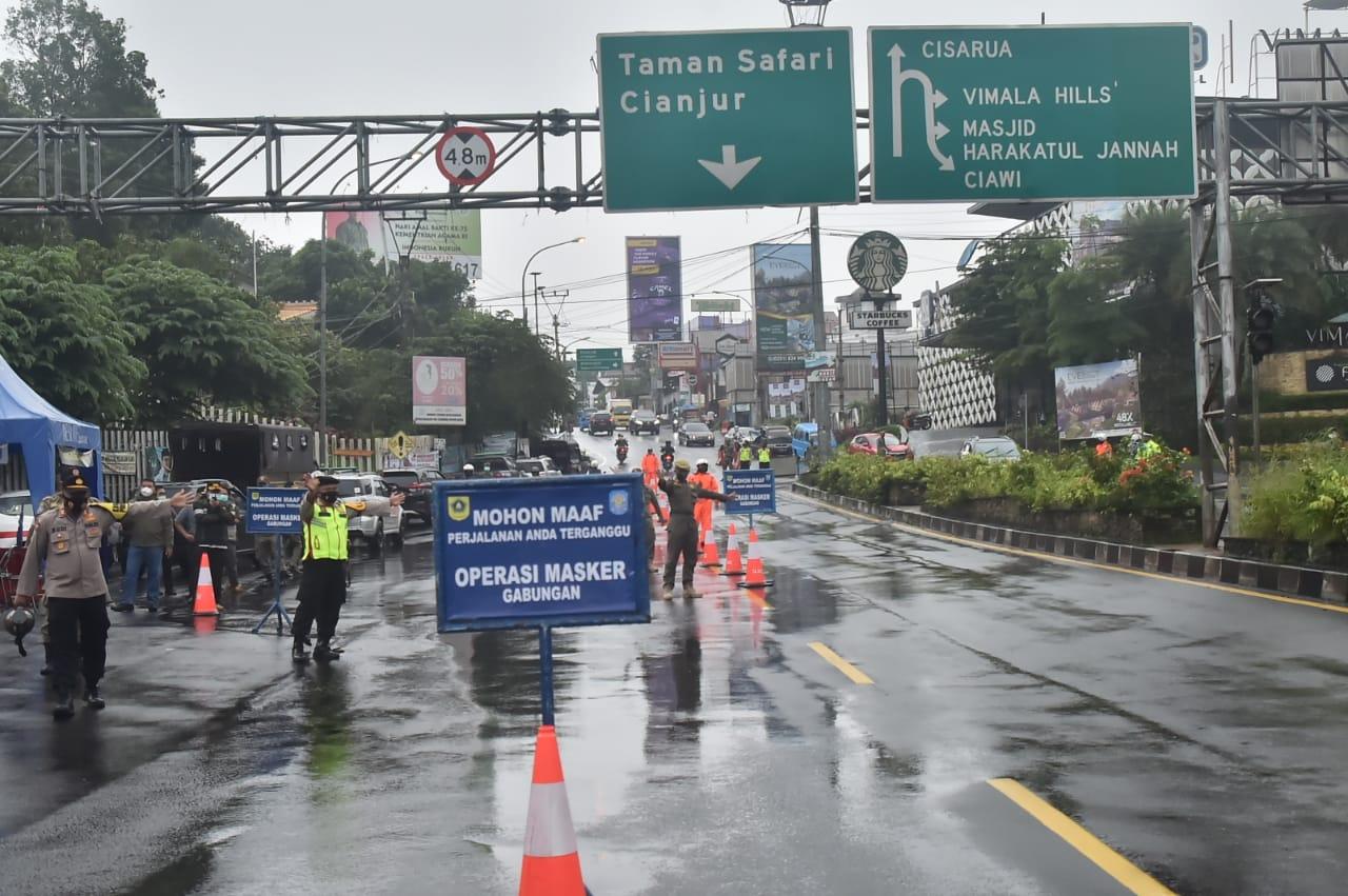 Hujan Deras Tak Urungkan Operasi PPKM di Gadog Ciawi 233