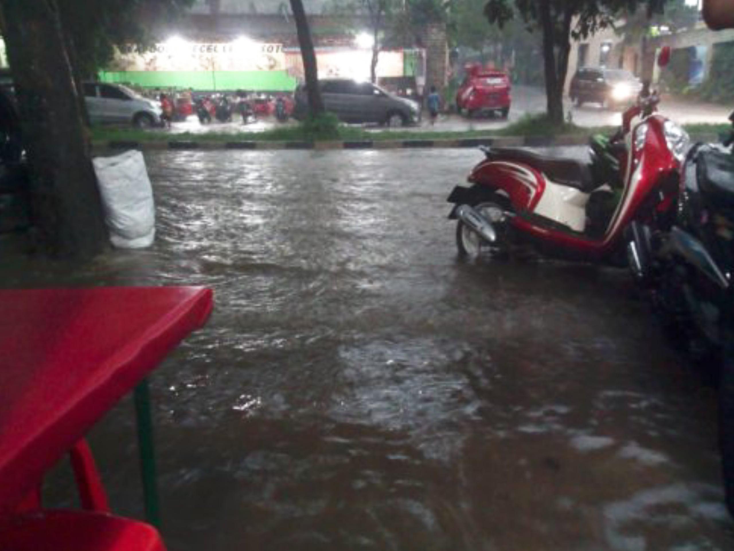 PUPR Belum Buktikan Solusi Atasi Banjir Jalan Menuju Stadion Pakansari 235