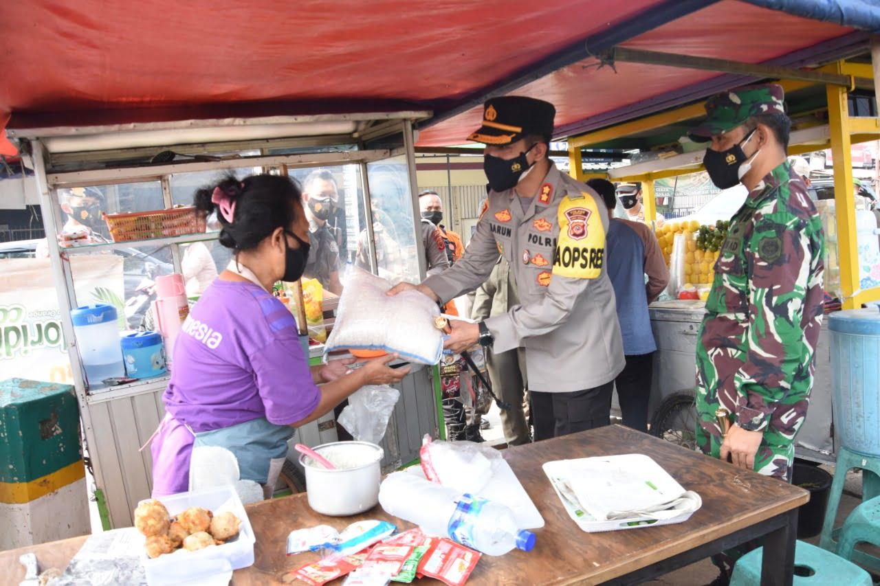 Polres Bogor Berikan Bantuan Paket Sembako Untuk Pedagang dan Warga Terdampak 235
